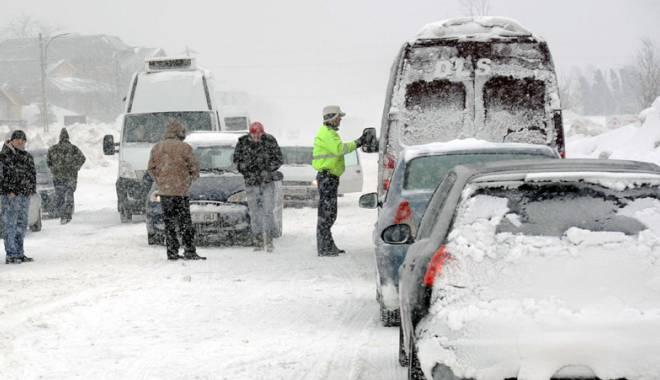 Foto: Zeci de persoane adăpostite la Primăria Hârşova după ce drumurile au fost închise