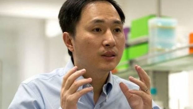 Foto: Cercetătorul chinez care a modificat genetic bebeluşi este arestat la domiciliu