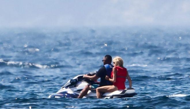 Foto: Soţia preşedintelui francez, singură în vacanţă la mare, cu bodyguardul