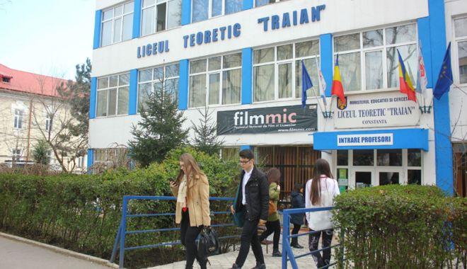 """Foto: Elevii de la Liceul Teoretic """"Traian"""" sărbătoresc Centenarul"""