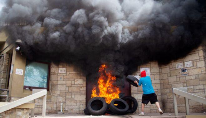 Foto: Honduras: Ambasada SUA atacată în timpul unor proteste sociale