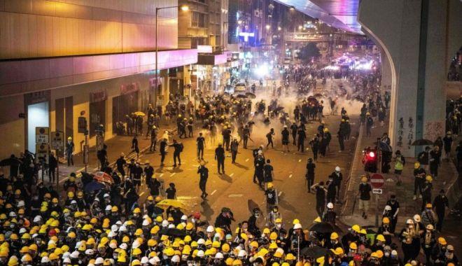 Confruntări violente la Hong Kong între protestatari și forțele de ordine - hong-1563735565.jpg