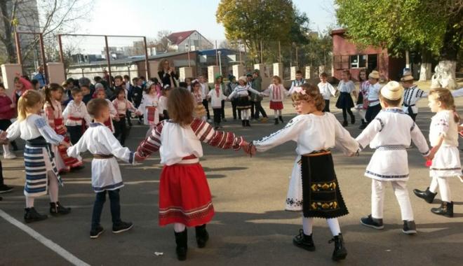 """Foto: Horă dobrogeană, la Școala Gimnazială nr. 30  """"Gheorghe Țițeica"""" din Constanţa"""