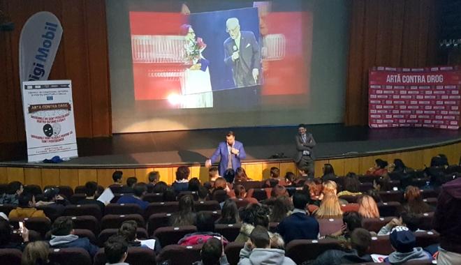 Foto: Horia Brenciu, faţă-n faţă cu liceenii constănţeni, în lupta anti-drog