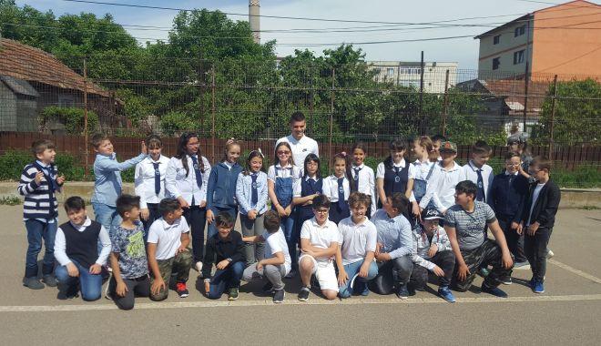 """Foto: Ianis Hagi i-a vizitat pe copiii de la Şcoala """"Jean Bart"""""""