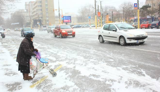 Foto: Vânt puternic, lapoviţă şi ninsoare la Constanţa. A fost prelungit codul galben!