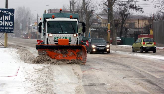 Foto: Iarnă la Constanţa. Au fost scoase utilajele de deszăpezire, agenţii economici notificaţi să cureţe zăpada