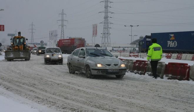 Foto: �N ATEN�IA �OFERILOR: CAUCIUCURILE DE IARN� sunt obligatorii. �oferii neechipa�i, surprin�i de ninsoare, amenda�i