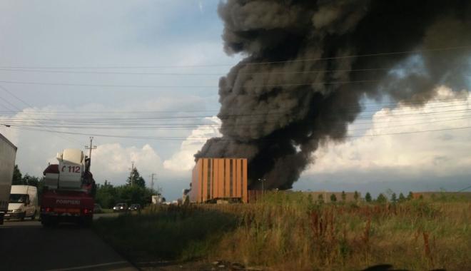 Foto: Incendiul de la Baloteşti nu a produs o poluare semnificativă în zonă. Ce spune Ministerul Mediului
