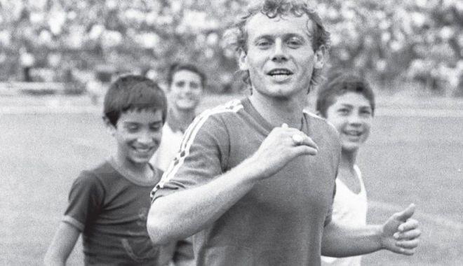 Foto: Moment emoționant la Craiova, după moartea lui Ilie Balaci. Suporterii au aruncat pe teren mii de trandafiri albi