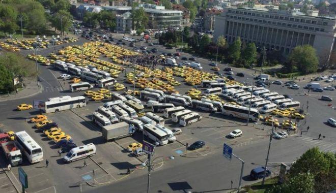 """Foto: """"Jos evaziunea fiscală"""";""""Jos pirateria!"""" Protest al transportatorilor în faţa Guvernului"""