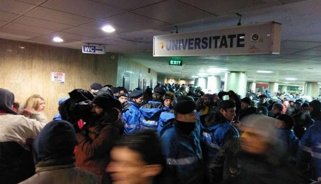 Foto: Fără precedent: Protestatarii din Piața Universității, percheziționați de jandarmi. O persoană a fost băgată în dubă
