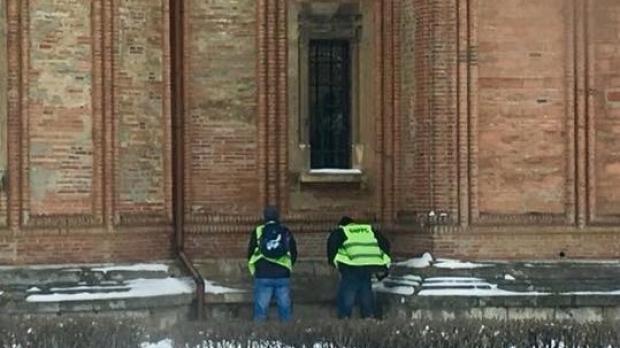 Foto: Doi angajaţi MAI, surprinşi când îşi fac nevoile pe BISERICĂ