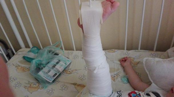 Foto: Băieţel torturat de educatoare, până a ajuns în spital! Agresoarea este fiica patronului, fotbalist cunoscut