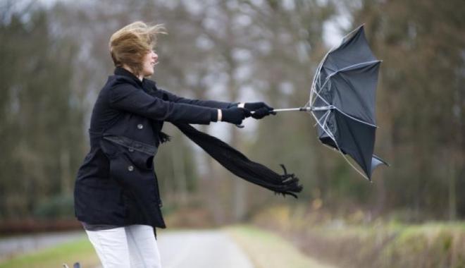 Foto: Vânt puternic la Constanţa. Meteorologii au emis un nou cod galben
