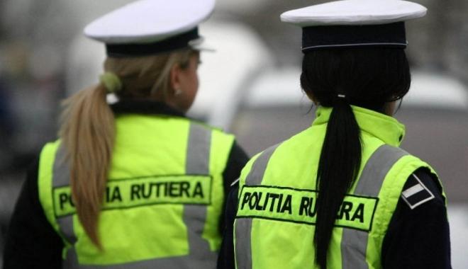 Foto: O poliţistă i-a luat permisul unui şofer şi, cu actul în mână, l-a amendat că nu-l are