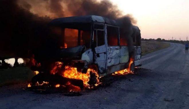 Un microbuz cu pasageri a luat foc! Mașina a ars în totalitate - img-1567423865.jpg