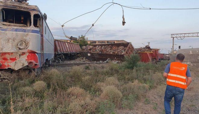 Două trenuri de marfă care s-au ciocnit la Feteşti au paralizat circulaţia pe calea ferată dinspre şi spre litoral - img-1627547548.jpg