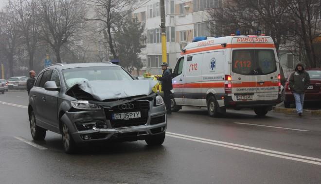 Foto: ACCIDENTE ÎN LANŢ PE B-DUL TOMIS / Ambulanţă care transporta un pacient, lovită de o şoferită neatentă