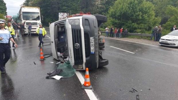 Foto: PLAN ROŞU! Un microbuz cu 12 călători s-a răsturnat