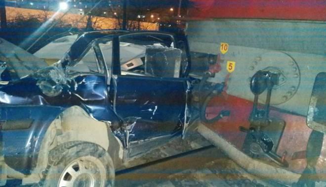 Foto: UPDATE. Autoturism LOVIT DE TREN în zona Pod Butelii / GALERIE FOTO