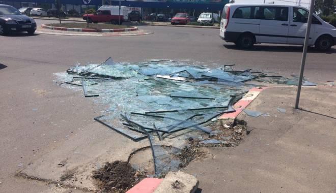 Foto: Pericol pentru șoferii din Constanța! Zeci de geamuri sparte pe bulevardul Aurel Vlaicu