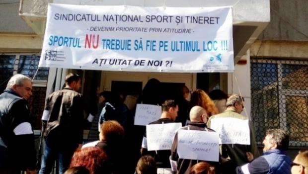 Foto: Angajaţii Ministerului Tineretului şi Sportului, în grevă de avertisment
