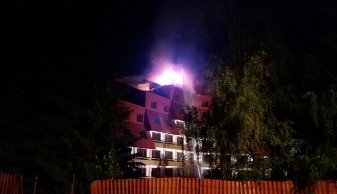Foto: INCENDIU PUTERNIC. Acoperişul hotelului Ciucaş, din Poiana Braşov, cuprins de flăcări