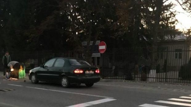 Foto: Elevă lovită de o maşină, chiar pe trecerea de pietoni din faţa şcolii. A fost aruncată la câţiva metri distanţă!