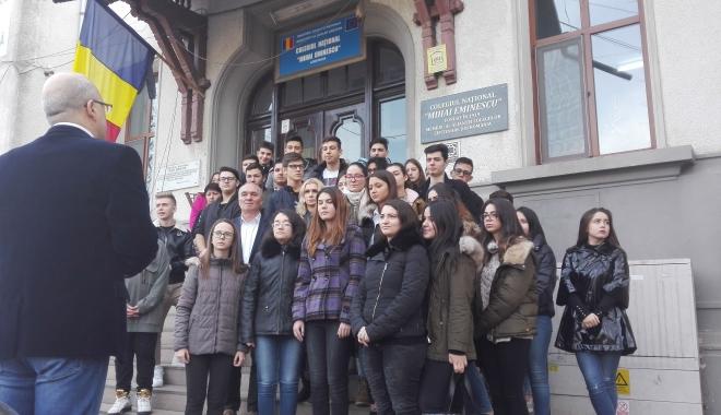 """Foto: Colegiul Naţional """"Mihai Eminescu"""", ÎN DOLIU!  Moment de reculegere, în faţa instituţiei"""