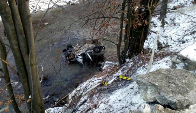 Foto: Două persoane decedate şi una rănită grav, după ce au plonjat cu maşina în apă