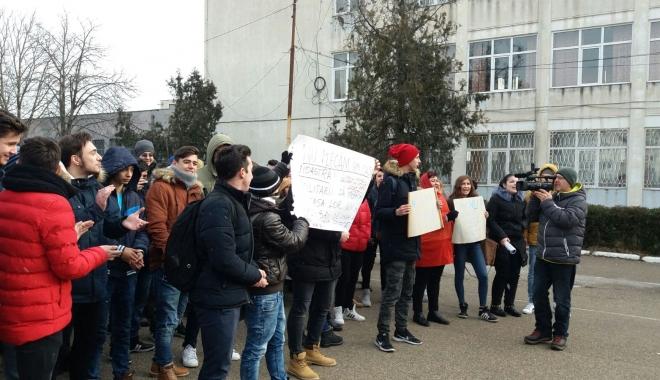 GALERIE FOTO - VIDEO / Revoltă la Colegiul Tehnic de Marină