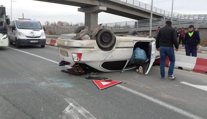 Foto: GALERIE FOTO / Accident rutier între Năvodari și Mamaia. S-a răsturnat cu mașina, după ce a pierdut controlul volanului