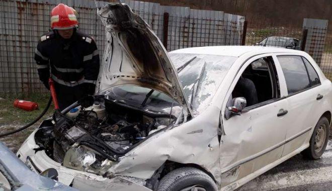 Foto: ŞASE VICTIME, după ce două autoturisme au intrat în colziune