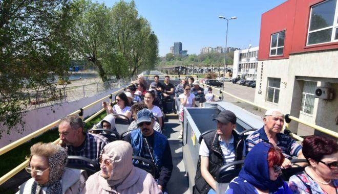 Foto: Premieră la Constanţa. Circuit turistic prin portul comercial şi pe faleza Cazinoului. Constănţenii s-au înghesuit la cursa de inaugurare