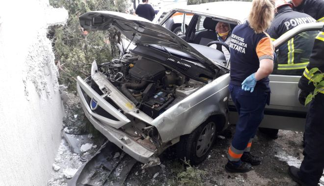 Foto: GRAV ACCIDENT LA CONSTANŢA. Un şofer BĂUT a intrat cu maşina într-un bloc, după ce a piedut controlul volanului