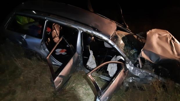 Foto: Poliţist rănit grav după ce maşina pe care o conducea a lovit un copac, apoi s-a răsturnat