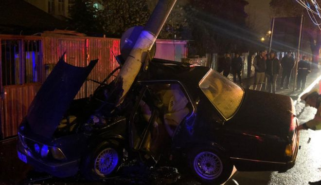 Foto: Autoturism încolăcit de stâlp, la Constanța. Șoferul, în stare gravă