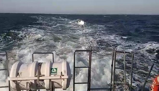 Foto: LA UN PAS DE TRAGEDIE! Polițiștii de frontieră au intervenit pentru salvarea unor români, aflați într-o ambarcațiune pe Marea Neagră