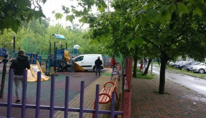 Foto: O maşină a intrat într-un loc de joacă pentru copii şi s-a înfipt direct într-un tobogan