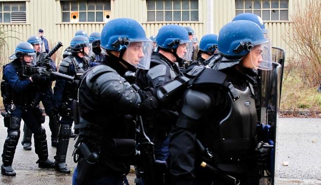Foto: Proteste la Paris. Manifestaţie împotriva unui miting al Marinei Le Pen