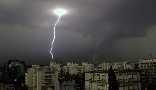 Foto: Cod galben de furtuni, la Constanţa! Ploi torenţiale, cu fulgere şi tunete