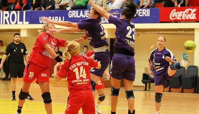 Foto: Handbal feminin / CSU Neptun a fost înfrântă de HCM Roman / Galerie foto