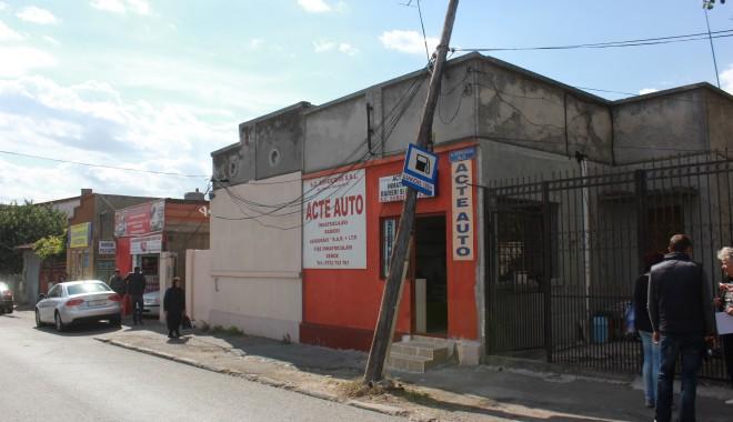Foto: Un stâlp stă să cadă, pe strada Theodor Burada