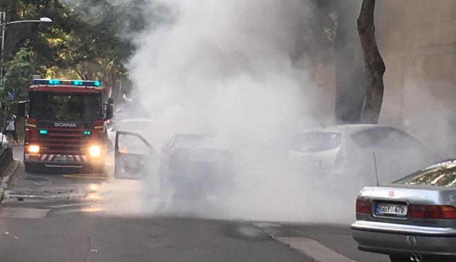 Foto: O maşină a luat foc în mers. Şoferul şi cei doi pasageri au reuşit să se salveze în ultimul moment