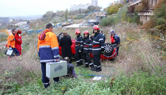 Imagini dramatice! Grav accident rutier pe strada Traian. O șoferiță a lovit un biciclist, după care s-a răsturnat cu mașina în râpa portului! TREI VICTIME - Update - img4547-1415796899.jpg