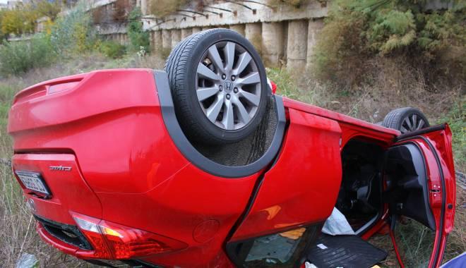 Imagini dramatice! Grav accident rutier pe strada Traian. O șoferiță a lovit un biciclist, după care s-a răsturnat cu mașina în râpa portului! TREI VICTIME - Update - img4553-1415796054.jpg