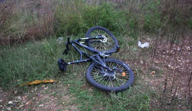Imagini dramatice! Grav accident rutier pe strada Traian. O șoferiță a lovit un biciclist, după care s-a răsturnat cu mașina în râpa portului! TREI VICTIME - Update - img4561-1415796071.jpg