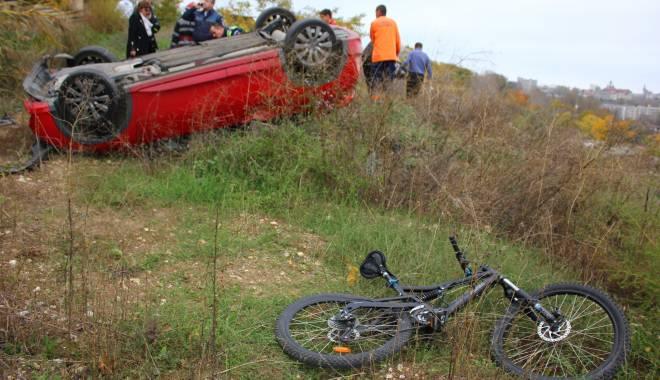 Imagini dramatice! Grav accident rutier pe strada Traian. O șoferiță a lovit un biciclist, după care s-a răsturnat cu mașina în râpa portului! TREI VICTIME - Update - img4562-1415796079.jpg