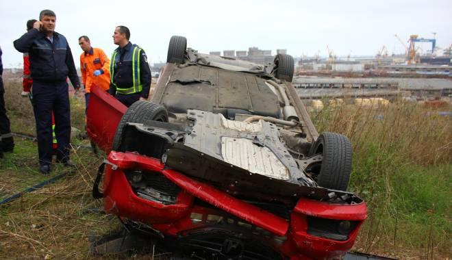 Imagini dramatice! Grav accident rutier pe strada Traian. O șoferiță a lovit un biciclist, după care s-a răsturnat cu mașina în râpa portului! TREI VICTIME - Update - img4564-1415796089.jpg